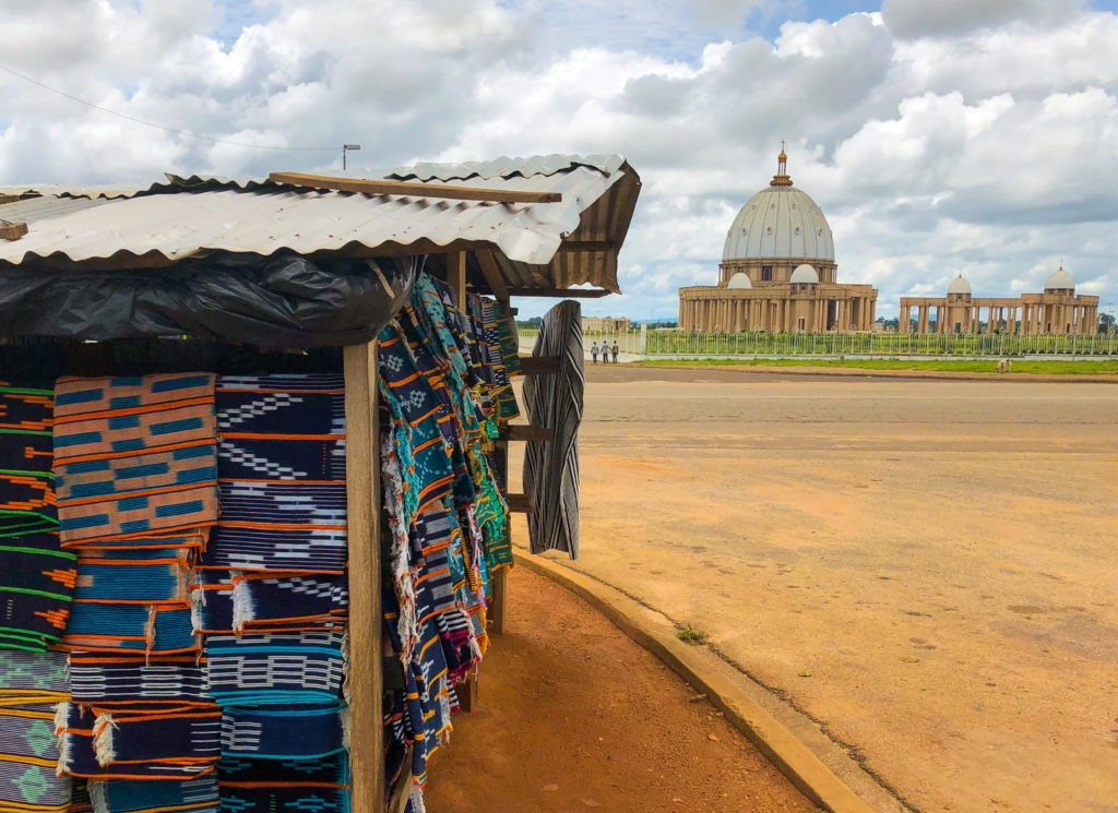 Basilique Yamoussoukro et pagne Baoule